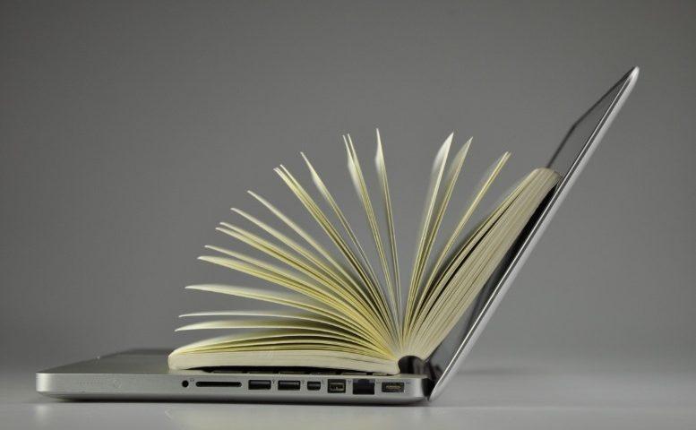 Un livre sur un ordinateur