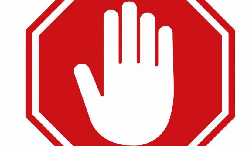 Une main et panneau stop