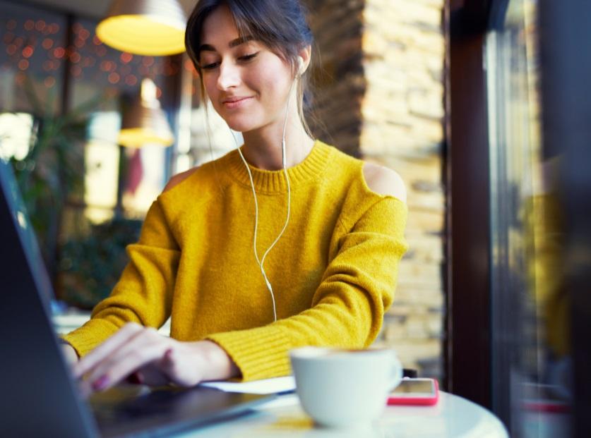Femme avec ordinateur et smartphone